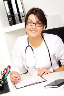 Доктор молодой женщины в ее офисе