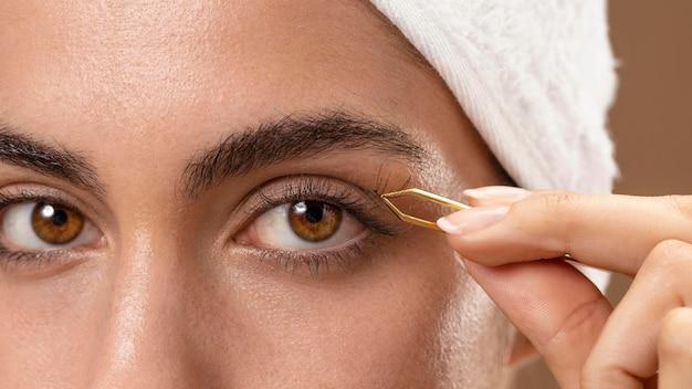 Молодая женщина делает косметические процедуры для себя