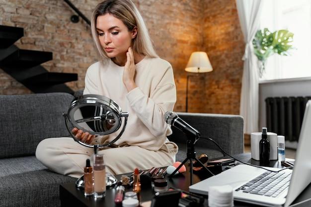 自宅で美容vlogをやっている若い女性