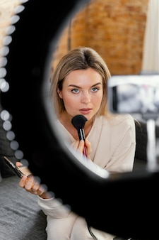 美容vlogをやっている若い女性
