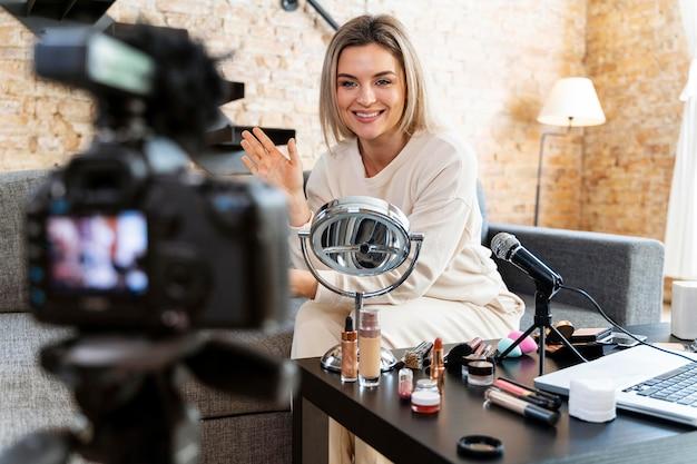 뷰티 동영상 블로그를 하 고 젊은 여자