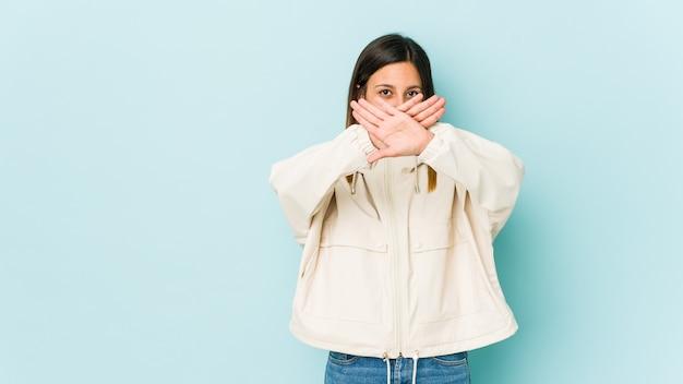 Молодая женщина делает жест отрицания