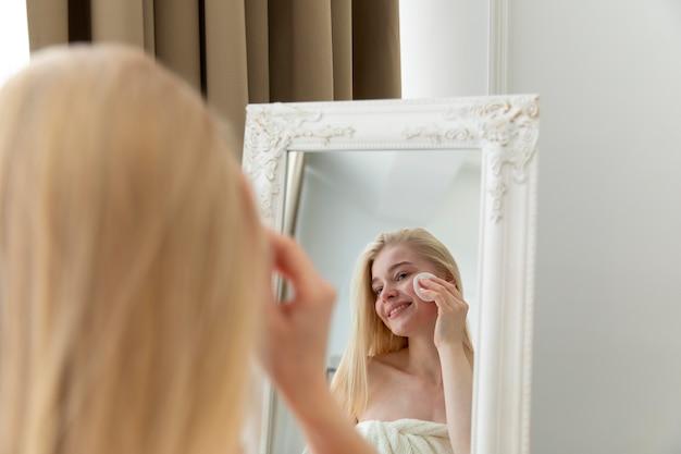 자기 관리 치료를 하는 젊은 여성
