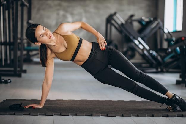 체육관에서 복근 운동을 하 고 젊은 여자