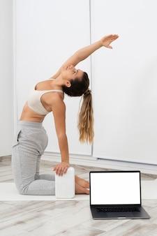 Молодая женщина делает онлайн-класс йоги