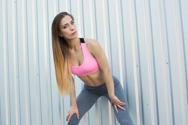 Молодая женщина делает кардио-интервальную тренировку