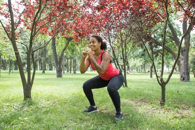 公園で運動をしている若い女性