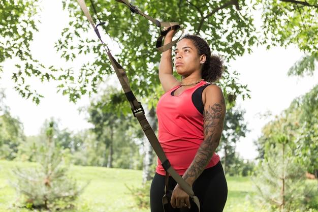 Giovane donna che fa esercizio nel parco