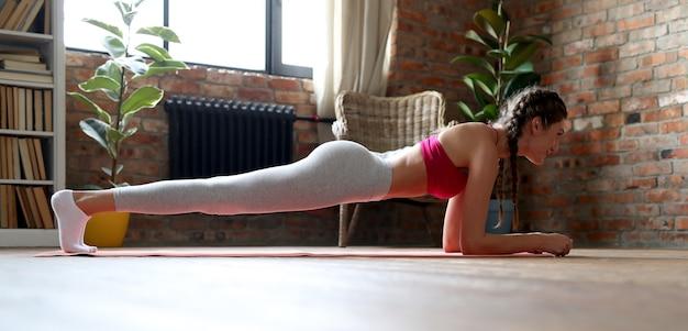 집에서 운동을하는 젊은 여자