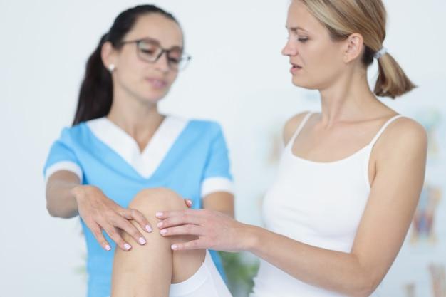 관절 운동을 하는 젊은 여성