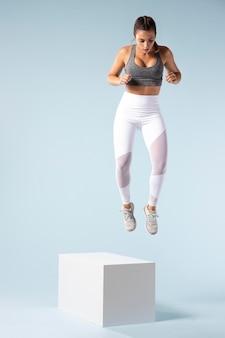 スポーツウェアでフィットネスをしている若い女性