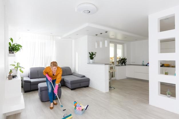 家事、掃除をしている若い女性