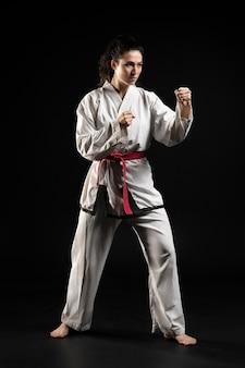 Giovane donna che fa karate