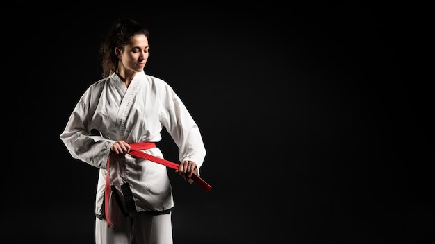 Молодая женщина занимается карате