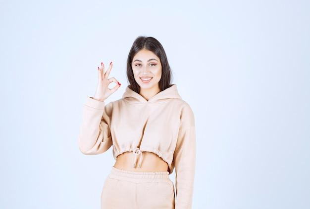 Молодая женщина делает медитацию и показывает позы рук