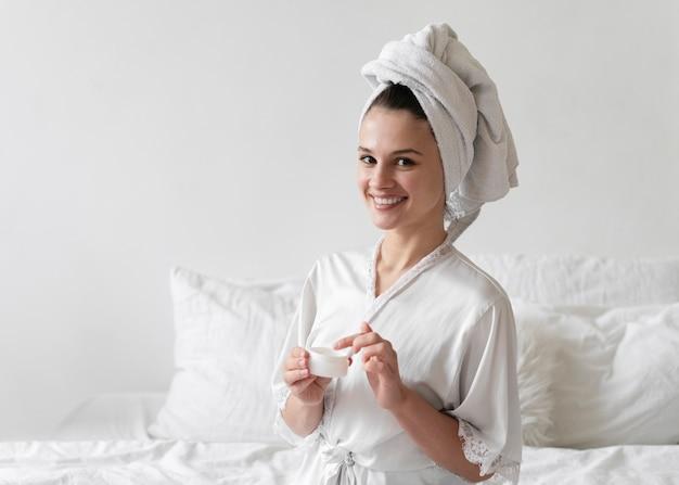 Giovane donna che fa un trattamento di cura di sé a casa