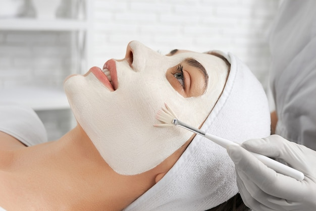 Молодая женщина делает специальную процедуру для улучшения кожи
