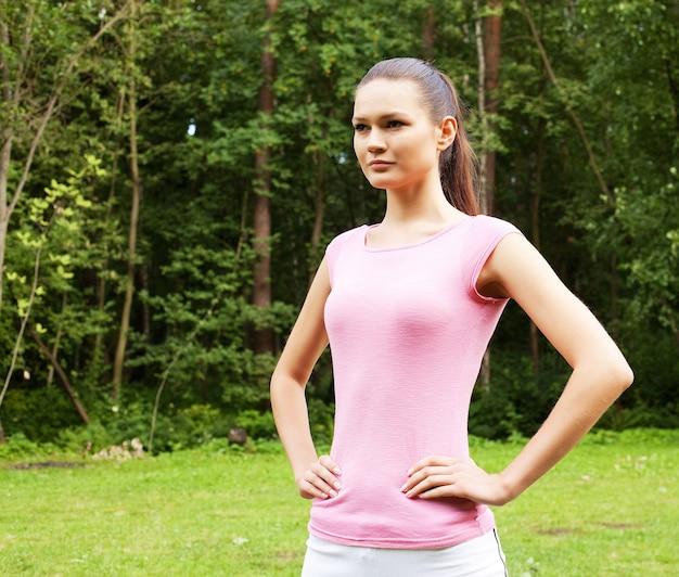 屋外スポーツを行う若い女性。スポーツとライフスタイルのコンセプトです。