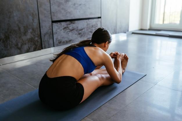 요가 하 고 젊은 여자 운동 건강 한 라이프 스타일 포즈