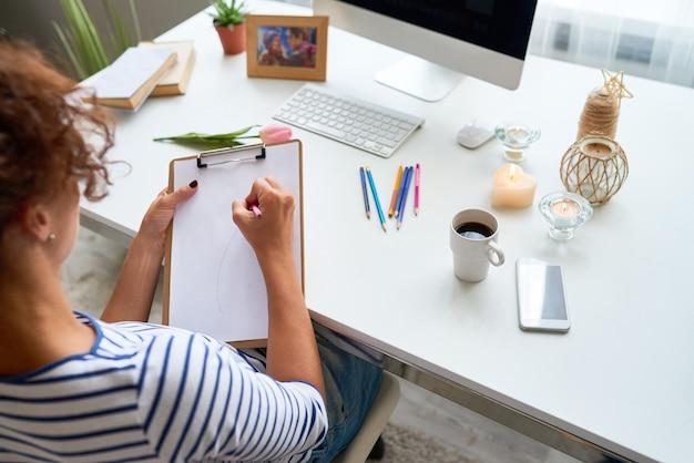 若い女性が自宅で描画