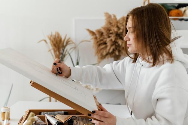 キャンバスに描く若い女性 無料写真