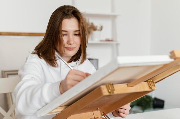 キャンバスに描く若い女性