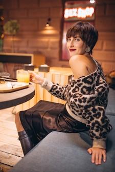 카페에서 차를 마시는 젊은 여자