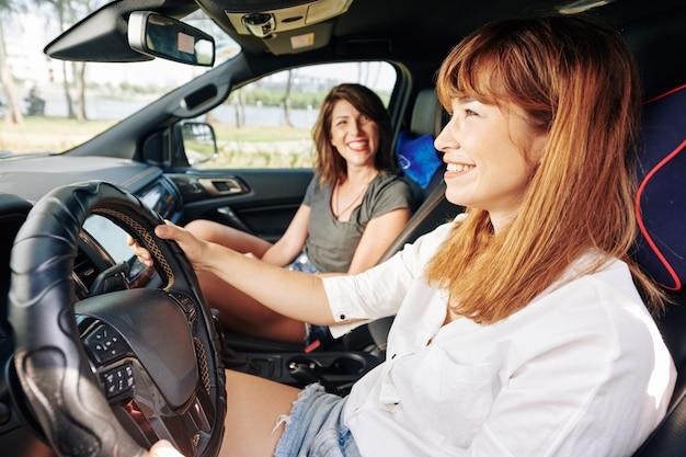 車を運転する若い女性