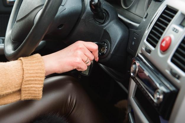 若い女性が彼女の車を運転