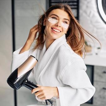 髪を乾かす若い女性