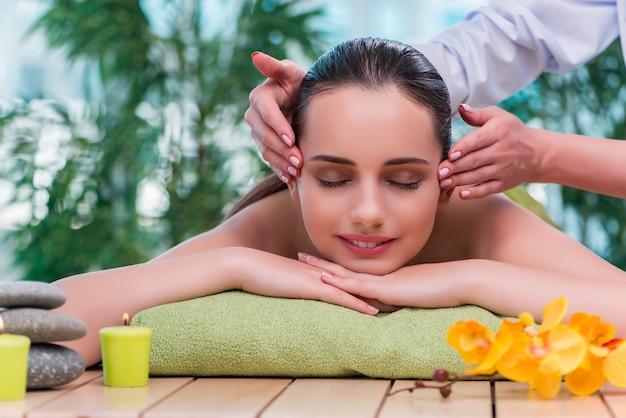 Молодая женщина во время сеанса массажа
