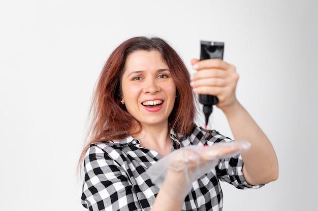 젊은 여자는 집에서 머리를 염색합니다. 밝은 머리 색칠 개념.