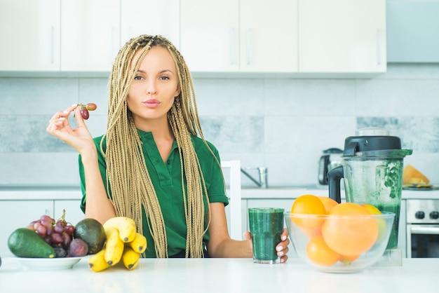 Молодая женщина ест фрукты