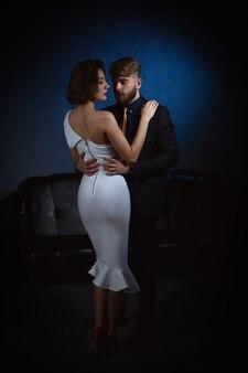 Молодая женщина обнимает мужчину