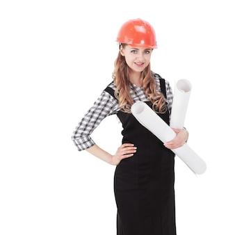 Молодая женщина инженер-архитектор с рисунками. изолированные на белом