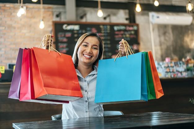 Молодая женщина наслаждается покупками в магазине