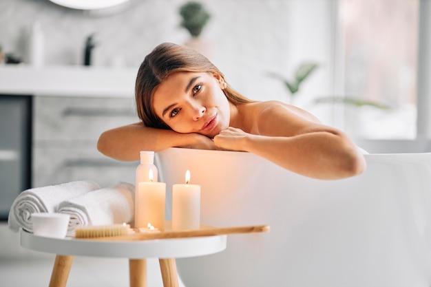 一人でお風呂を楽しむ若い女性