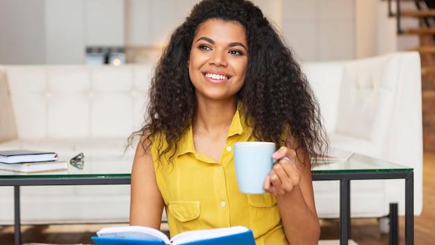 一杯のコーヒーを楽しんでいる若い女性