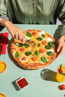 Молодая женщина, наслаждаясь вкусной пиццей