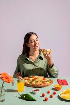 맛있는 피자를 즐기는 젊은 여성