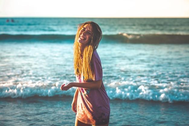 Молодая женщина, наслаждающаяся большим количеством на пляже сараус.