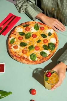 Giovane donna che si gode una deliziosa pizza