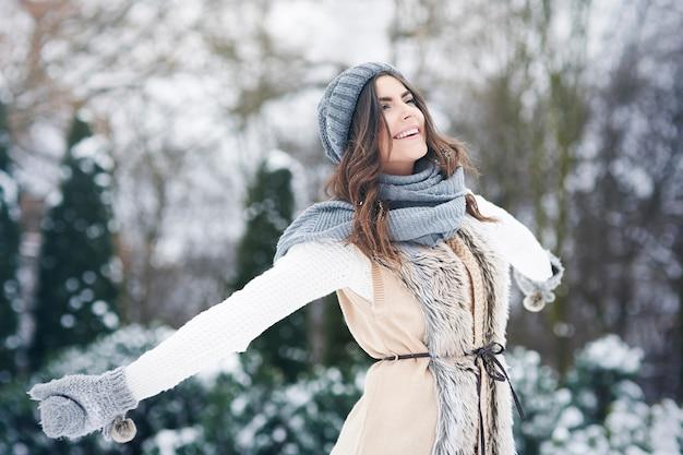Giovane donna che gode della natura fresca nell'orario invernale