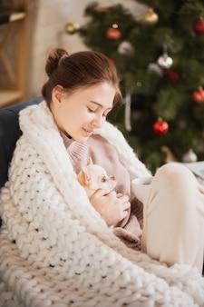 彼女の家庭生活を楽しんでいる若い女性。家の快適さ、冬と休日の時間
