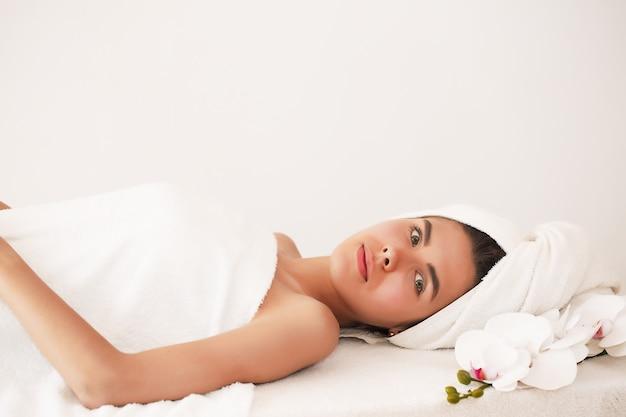 Молодая женщина, наслаждаясь массажем в спа-салоне