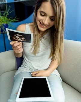 Молодая женщина, наслаждаясь новыми технологиями
