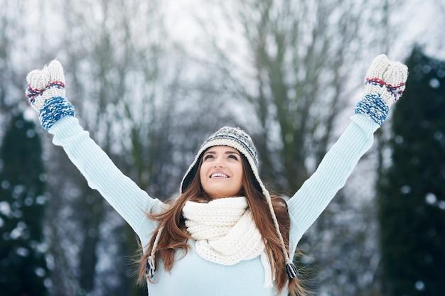 冬の空気を楽しんでいる若い女性 無料写真