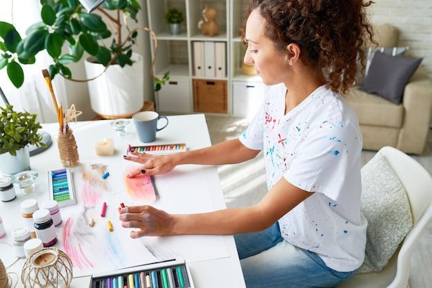 絵画を楽しむ若い女性