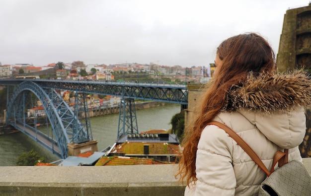 Молодая женщина, наслаждаясь видом порту