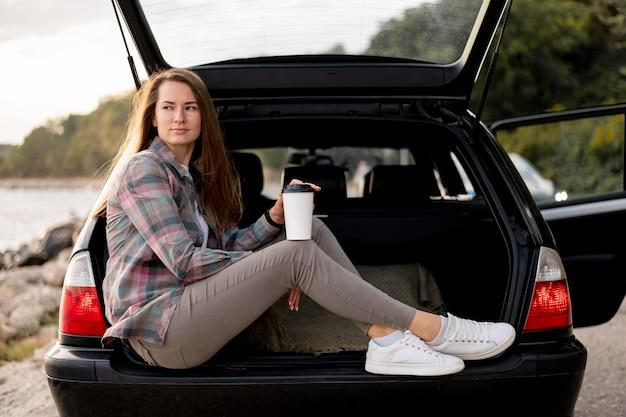 Молодая женщина, наслаждающаяся поездкой